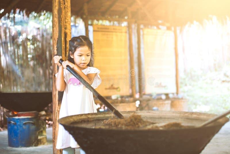 Nettes asiatisches Kindermädchen, das wie man die Wiederverwertung des Papiers lernt, macht stockfoto