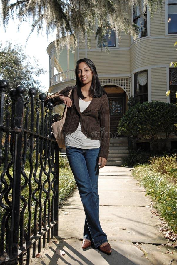 Nettes asiatisches Mädchen außerhalb des großen Hauses lizenzfreie stockfotografie
