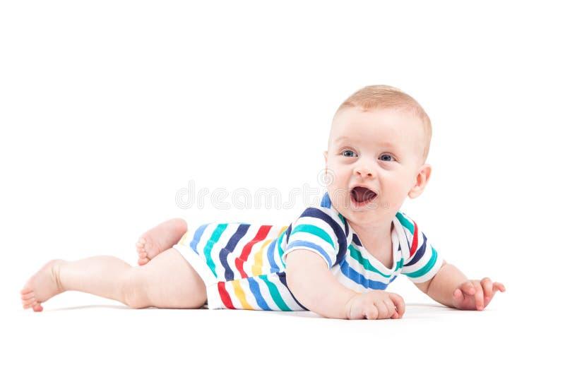 Nettes attraktives Baby im bunten Hemd liegt auf Bauch stockfotos