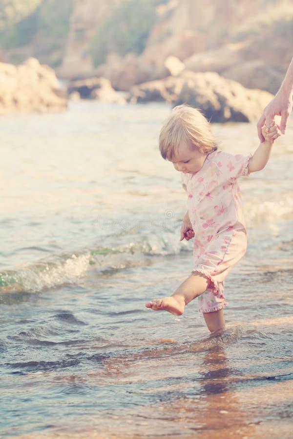 Nettes Baby auf dem Strand lizenzfreies stockfoto
