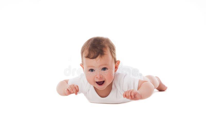 Nettes Baby, das auf Magen liegt stockfoto