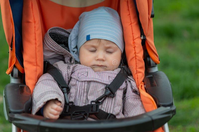 Schlafendes Baby Im Automatischen Elektrischen Stuhl Und ...