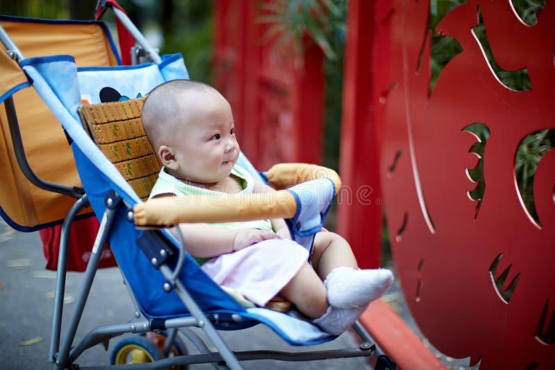 Nettes Baby, das im Spaziergänger sitzt lizenzfreie stockfotos