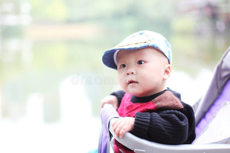 Nettes Baby, das im Spaziergänger sitzt stockbild