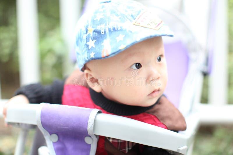 Nettes Baby, das im Spaziergänger sitzt stockfoto