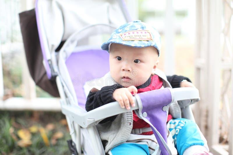 Nettes Baby, das im Spaziergänger sitzt lizenzfreies stockfoto