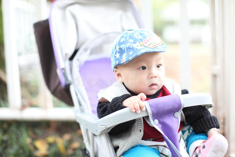 Nettes Baby, das im Spaziergänger sitzt lizenzfreies stockbild
