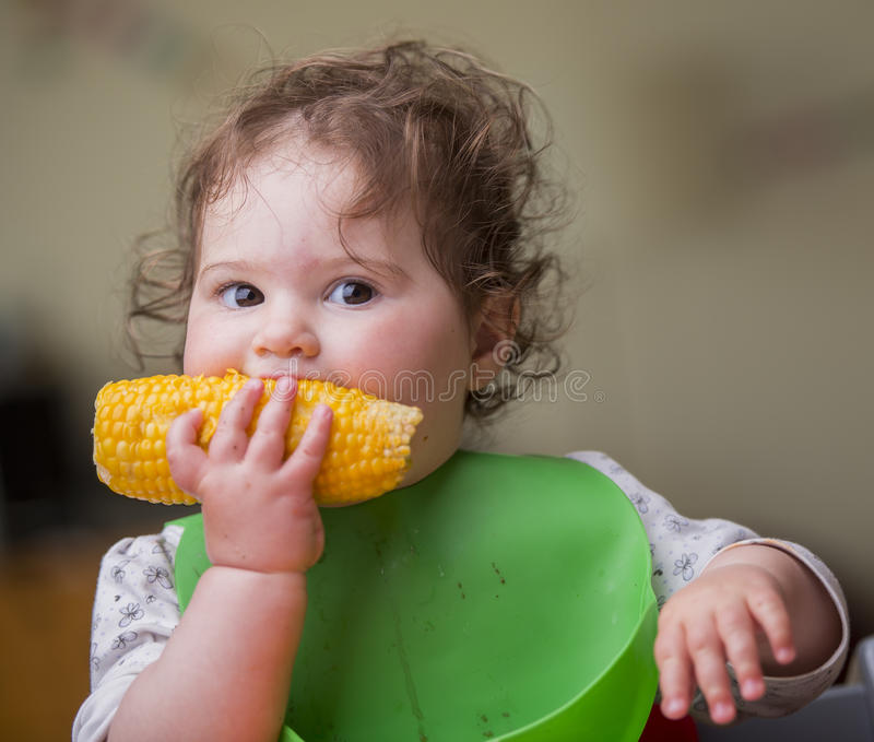 Nettes Baby, das Mais isst stockfoto