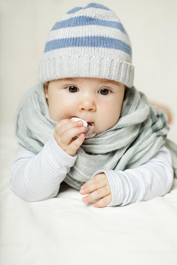 Nettes Baby denkt stockbilder