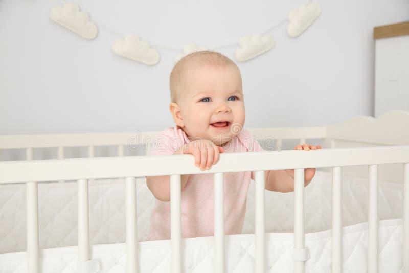 Nettes Baby in der Krippe zu Hause bedtime stockbilder