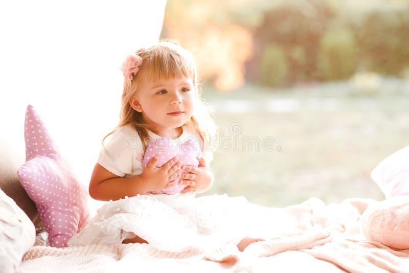 Nettes Baby drau?en lizenzfreies stockbild