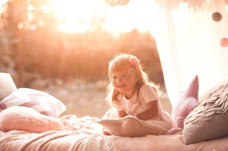 Nettes Baby drau?en stockfoto
