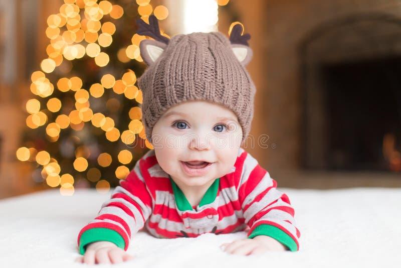 Nettes Baby durch Weihnachtsbaum stockbilder