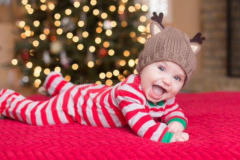 Nettes Baby durch Weihnachtsbaum lizenzfreie stockbilder