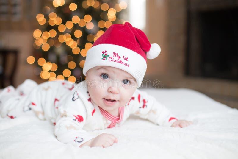 Nettes Baby durch Weihnachtsbaum stockfotografie