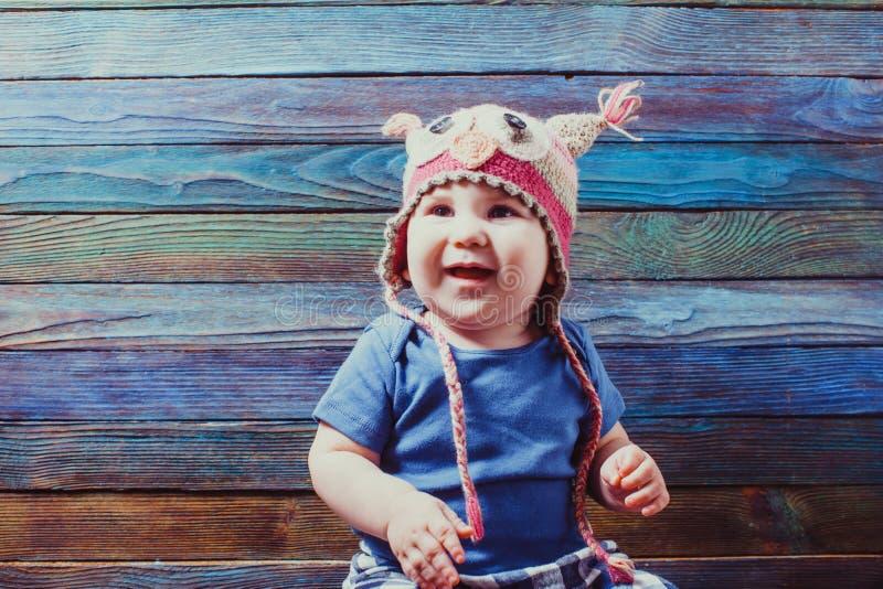 Nettes Baby im tierischen lustigen Hut stockbilder
