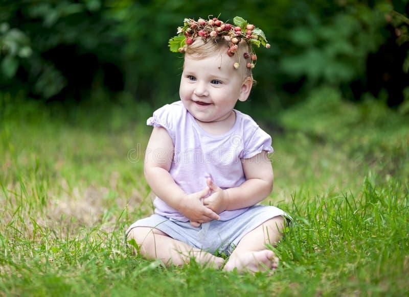 Nettes Baby mit dem Goldhaar und Walderdbeere krönen lizenzfreies stockbild