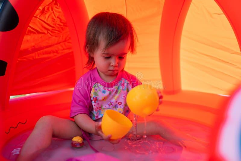 Nettes Baby mit großem braunem Augenfreienporträt stockfotos
