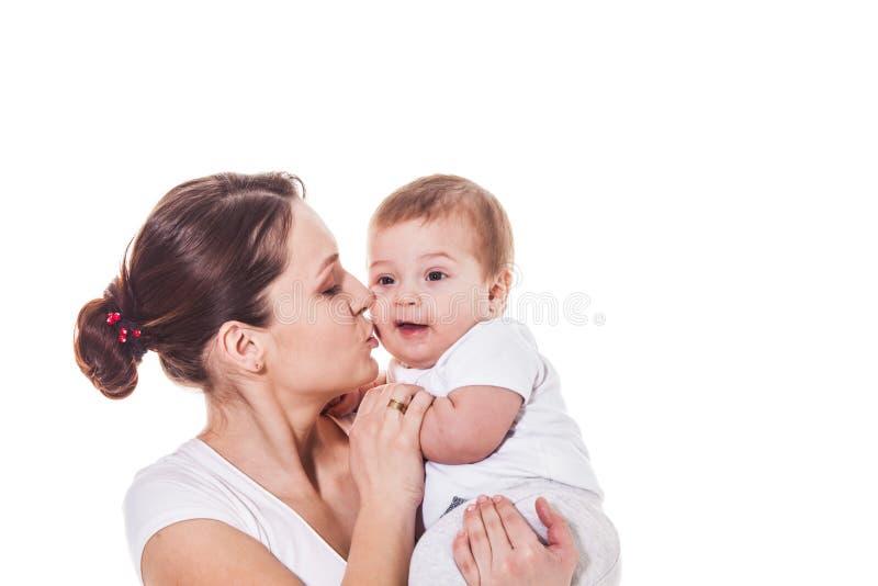 Nettes Baby in Mutter ` s Armen lizenzfreie stockfotos
