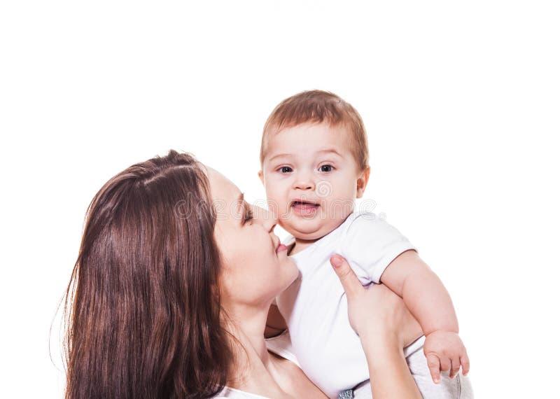 Nettes Baby in Mutter ` s Händen stockfoto