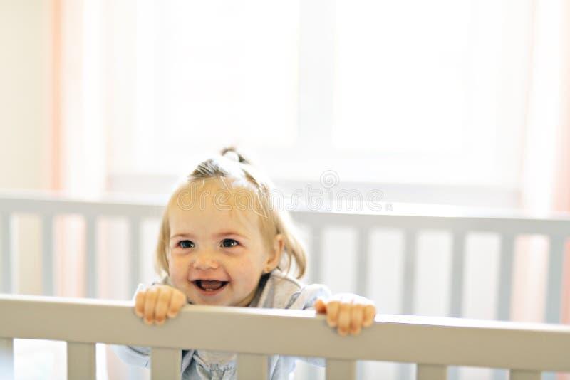 Nettes Babybaby auf der Babyraumkrippe stockfoto