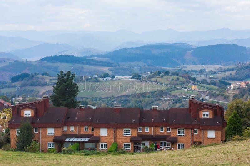 Nettes Backsteinhaus mit Bergen im Hintergrund in Tineo, Asturien, Spanien stockfotografie