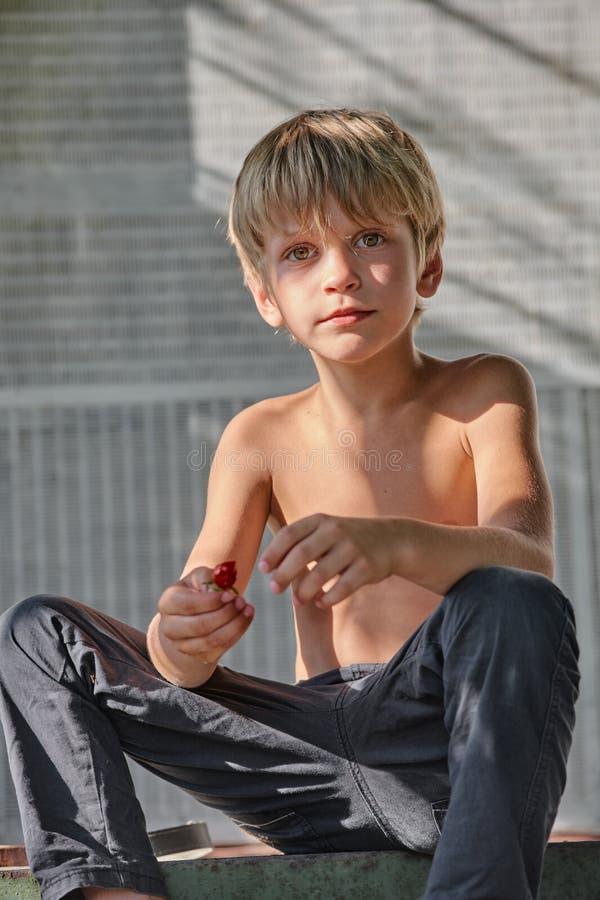Nettes blondes Jungenstillstehen lizenzfreies stockbild