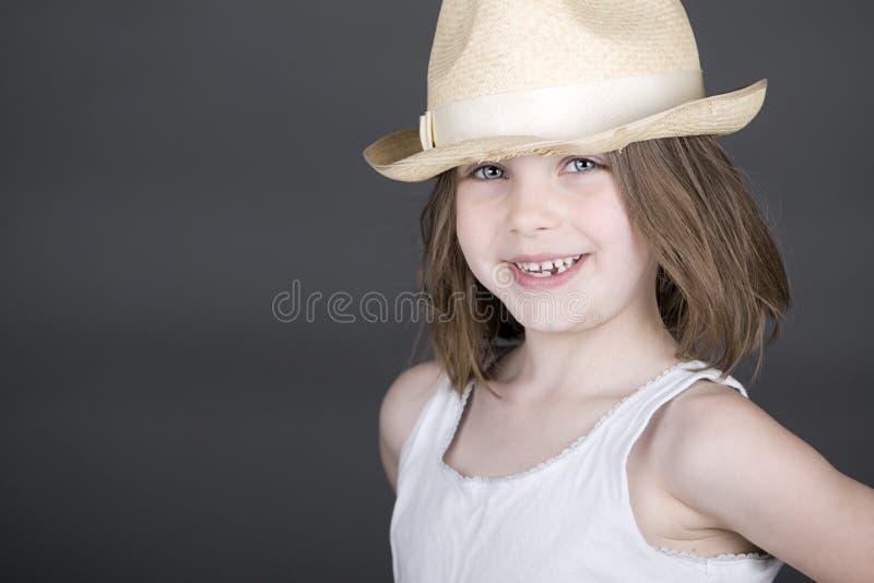Nettes blondes Kind im Strohhut stockfoto
