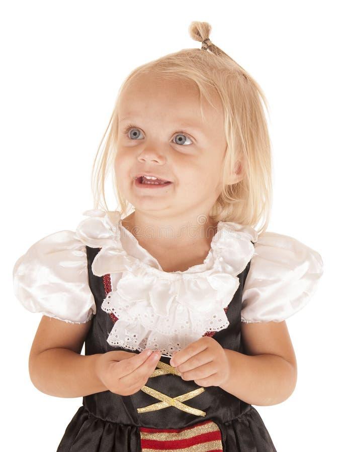 Nettes blondes Mädchen in den einfachen Piraten kostümieren das Lächeln stockfotos