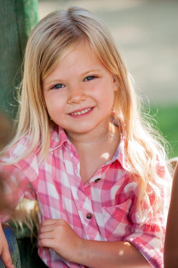 Nettes blondes Mädchen im Park. stockbild