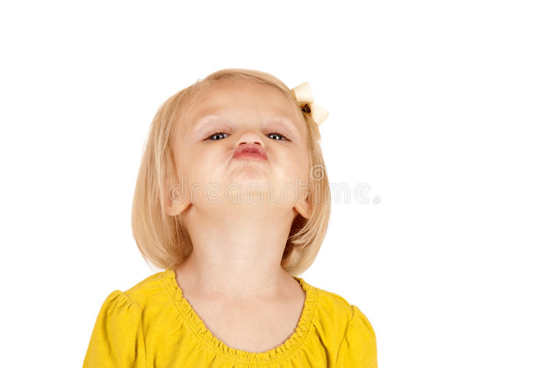 Nettes blondes Mädchenporträt, das einen Kuss lustig gibt stockfotografie