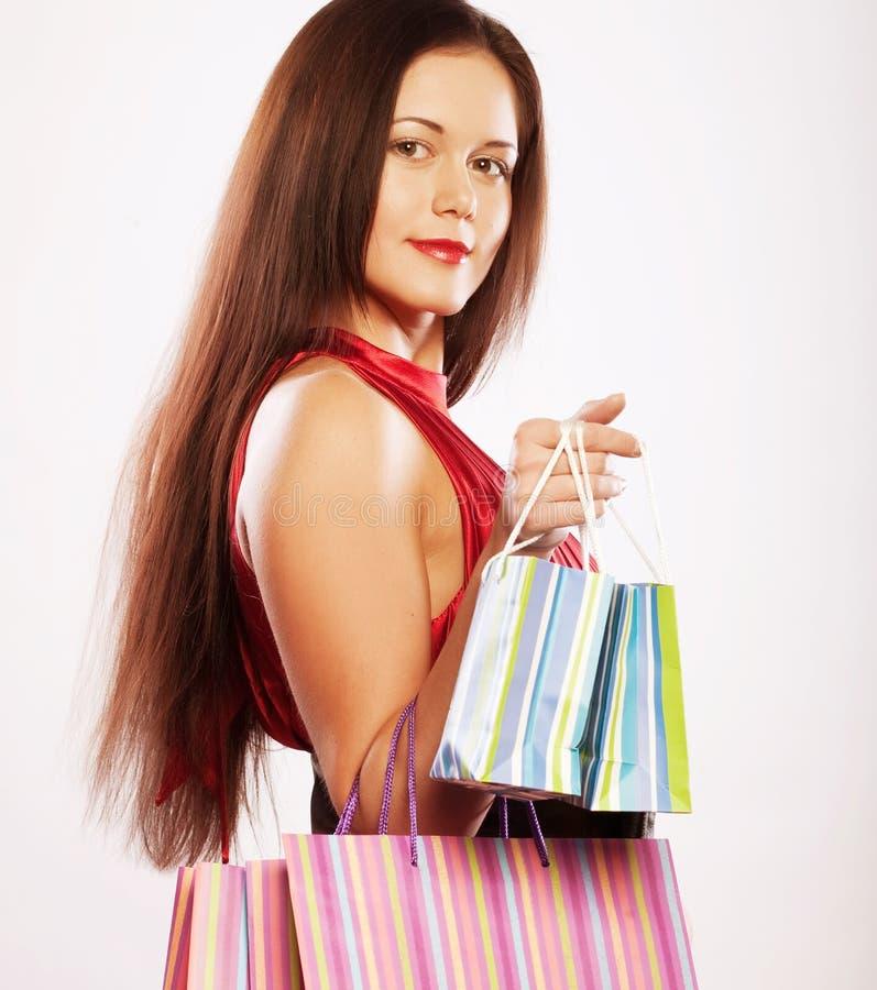 Nettes Einkaufen der jungen Frau mit Farbtaschen stockbild