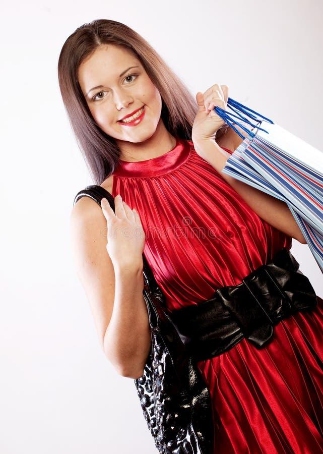 Nettes Einkaufen der jungen Frau mit Farbtaschen lizenzfreies stockbild