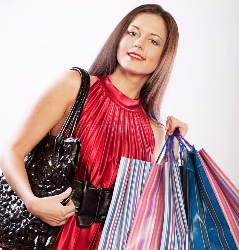 Nettes Einkaufen der jungen Frau mit Farbtaschen lizenzfreie stockfotografie