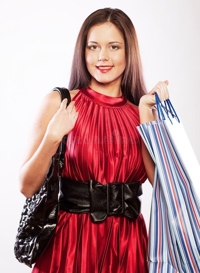 Nettes Einkaufen der jungen Frau mit Farbtaschen lizenzfreie stockbilder