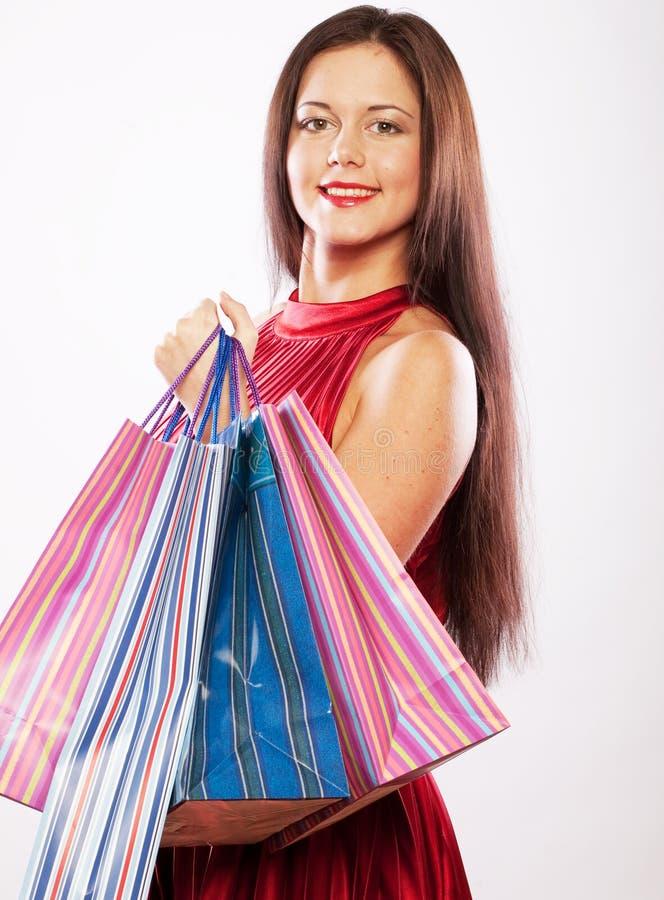 Nettes Einkaufen der jungen Frau mit Farbtaschen stockfotos