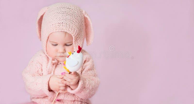 Nettes entzückendes Babynahaufnahmeporträt in gestricktem Kostüm von E lizenzfreie stockbilder