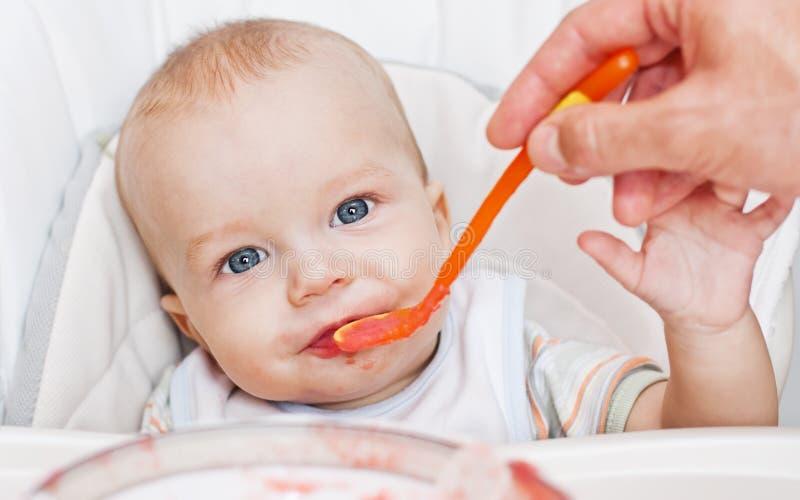 Nettes essendes Baby lizenzfreie stockbilder
