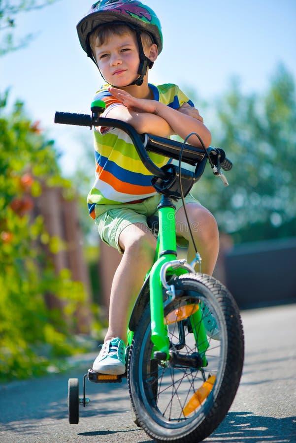 Nettes Fahrrad des kleinen Jungen Reit lizenzfreies stockfoto