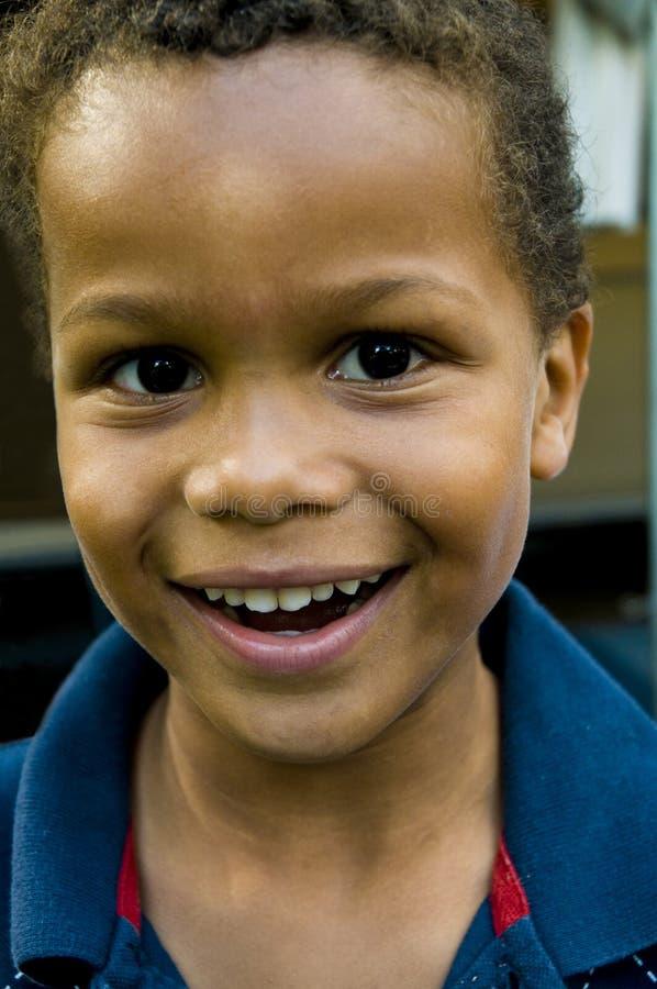 Nettes farbiges Jungenlächeln stockbilder