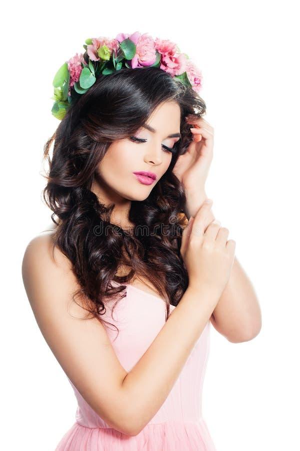 Nettes Frauen-Mode-Modell mit gewelltem Brown-Haar mit Blumen Wreat lizenzfreies stockbild