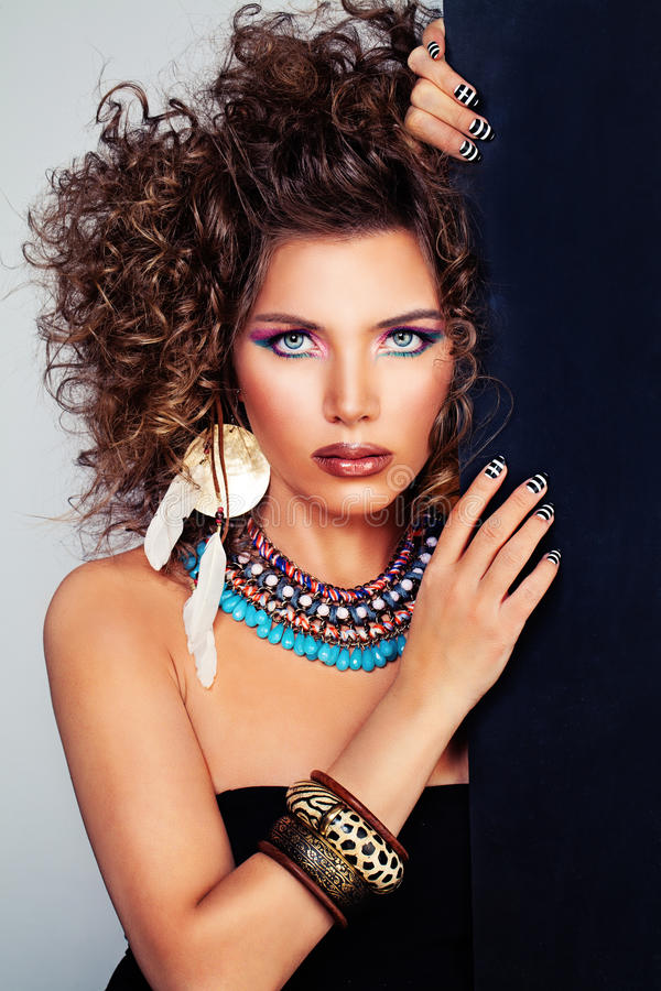 Nettes Frauen-Modell Permed-Haar, Make-up, Zubehör lizenzfreies stockbild