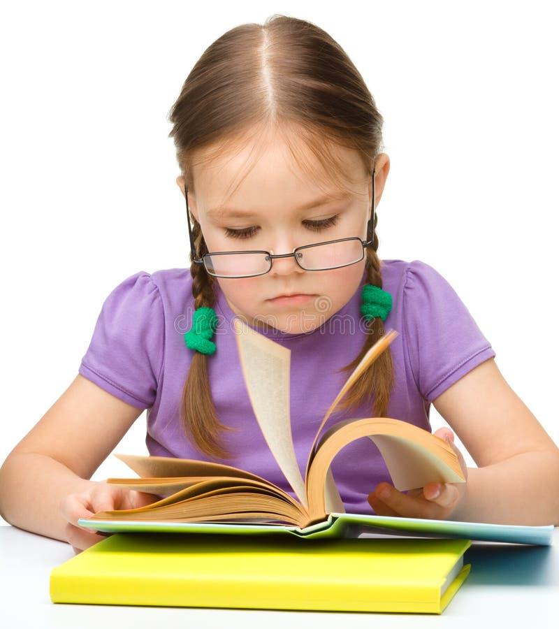 Nettes freundliches Buch des kleinen Mädchens Lese lizenzfreie stockbilder