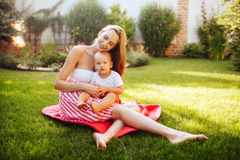 Nettes freundliches Kind mit Mutter stockbild