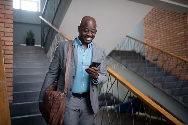 Nettes Geschäftsmanngefühl motiviert vor der Sitzung stockfotos