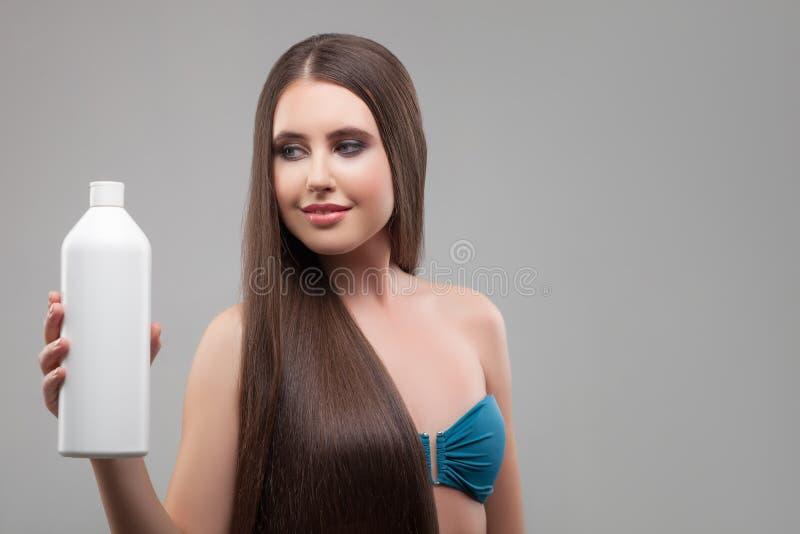Nettes gesundes Mädchen stellt Haarbehandlung dar lizenzfreie stockbilder