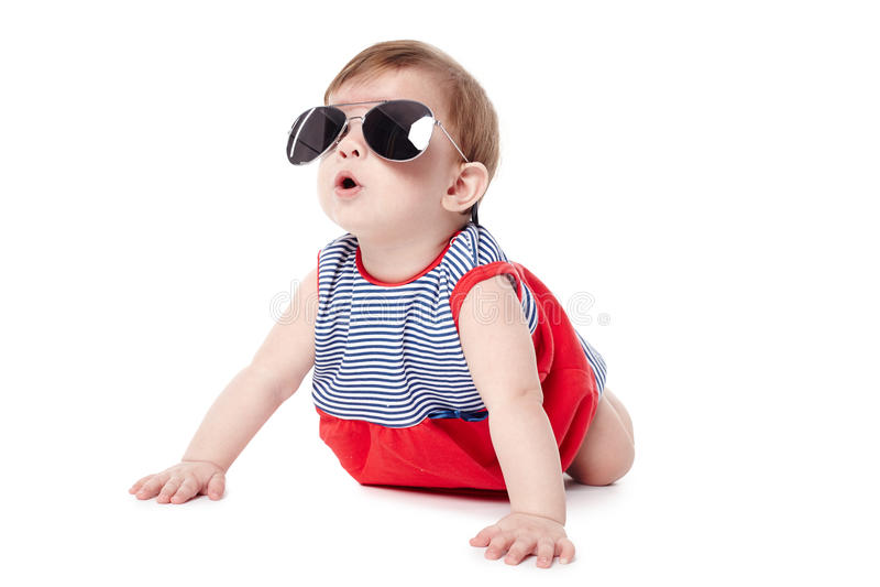 Nettes glückliches Baby mit der Sonnenbrille lokalisiert stockfotografie