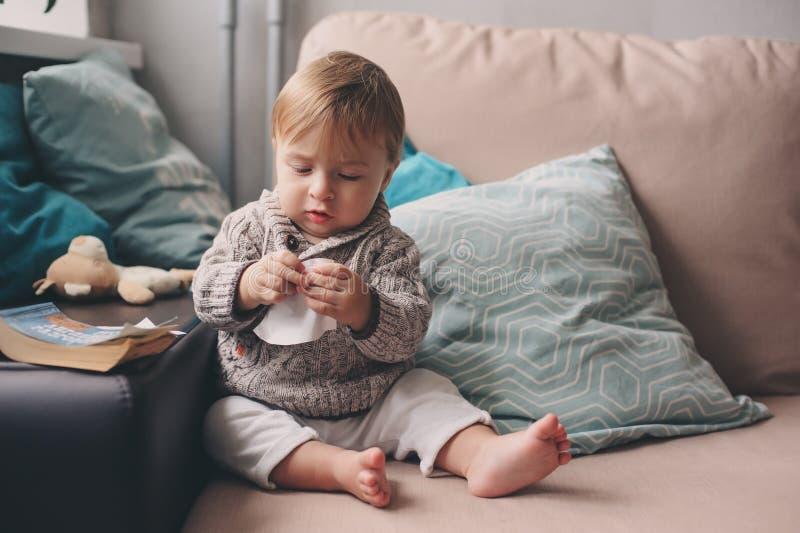 Nettes glückliches 11-monatiges Baby, das zu Hause, Lebensstilgefangennahme im gemütlichen Innenraum spielt lizenzfreie stockfotografie