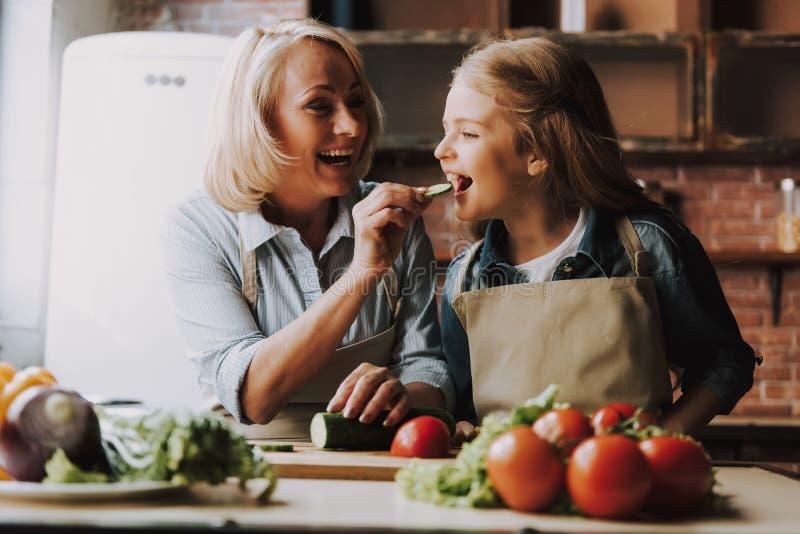 Nettes Großmutter-und Enkelin-Ausschnitt-Gemüse stockbild