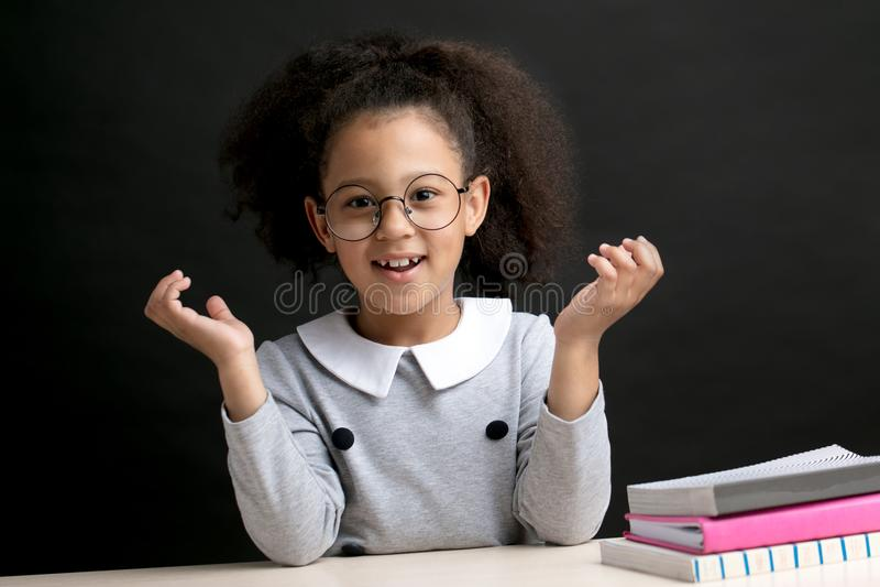 Nettes hübsches Mädchen antwortet auf die Lehrer ` s Frage stockbilder